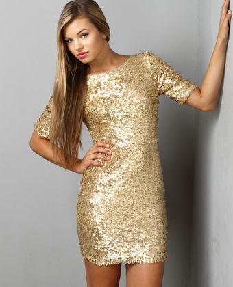 Este vestido te hará atraer  todas las miradas de la fiesta, yo lo recomiendo con unas calzas negras y botines.
