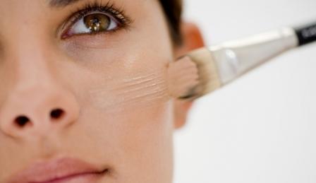 Aplicar-el-maquillaje-fluido-con-pincel-para-un-acabado-perfecto-2