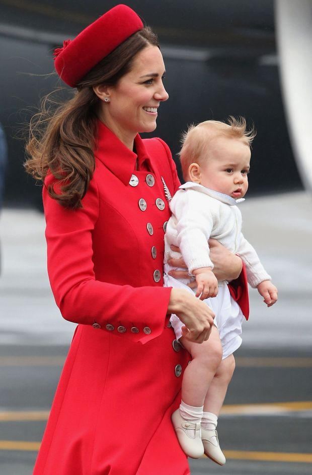 Kate Middleton usando un icónico pillbox en rojo