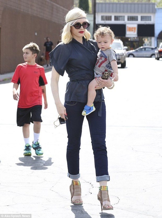 Gwen_Stefani_held_her_baby_son_Apollo-fashion-moms