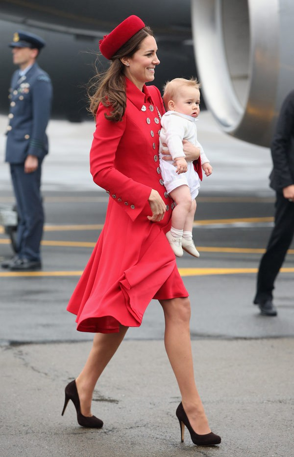 Kate-Middleton-Stuns-in-red-Coat-fashion-moms