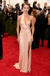 MET Gala 2015 Rosie Huntington-Whiteley en Versace GI
